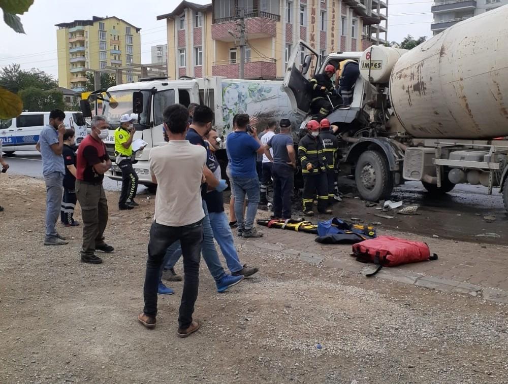 Çöp kamyonu ile beton mikseri çarpıştı: 4 yaralı