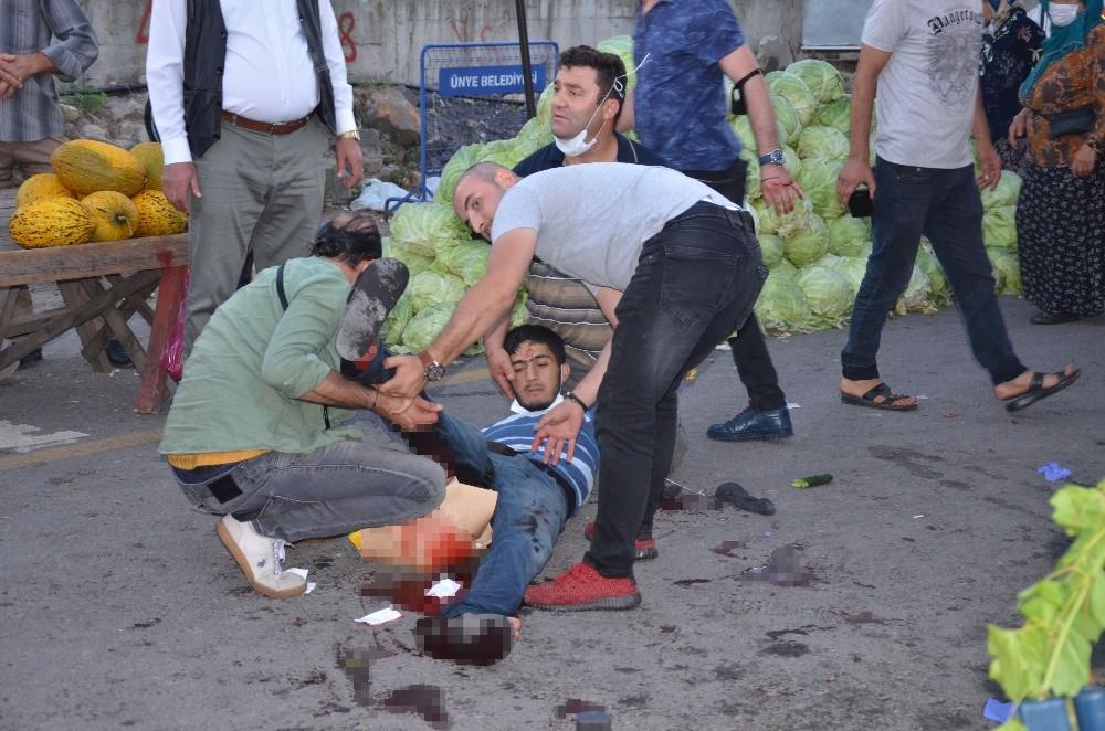 Pazarda karşılaşan husumetli tarım işçileri birbirine girdi: 2 yaralı