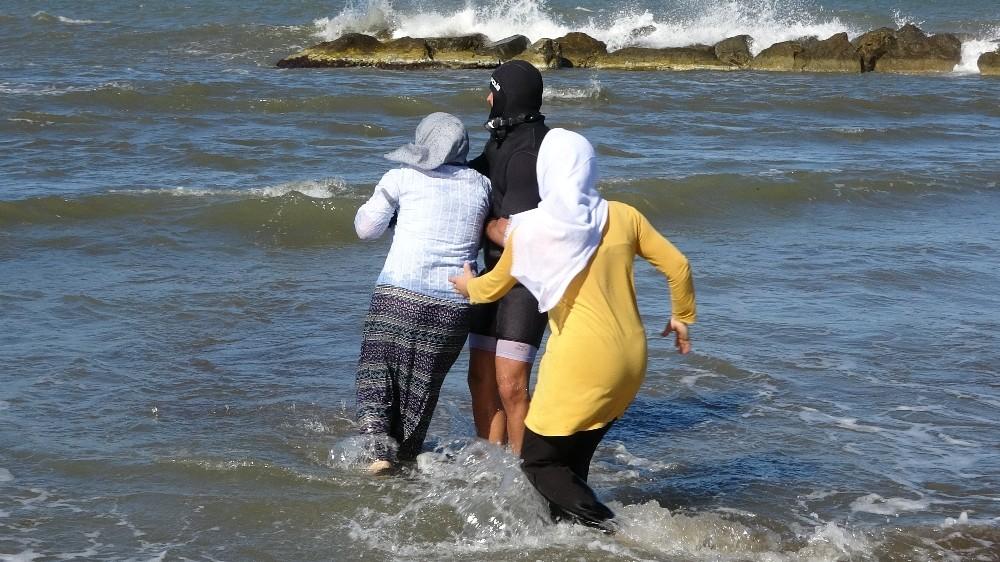 En acı tablo: Denizden çıkartılan cansız bedene koştular
