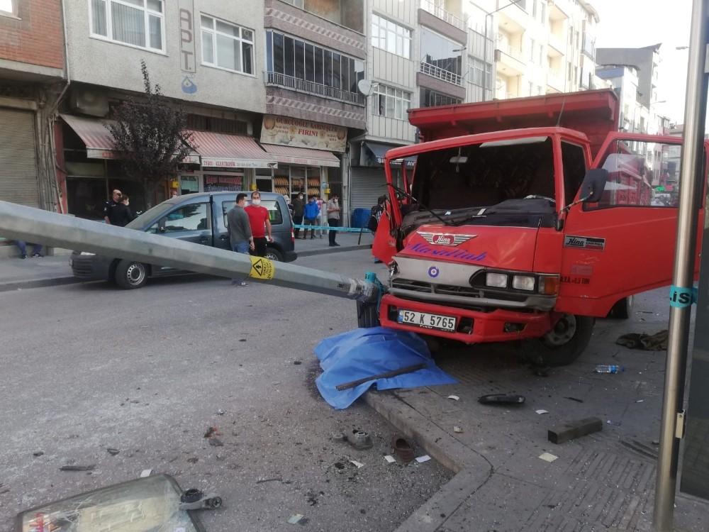 Kaza yapan araç kaldırımdaki yayaya çarptı: 1 ölü