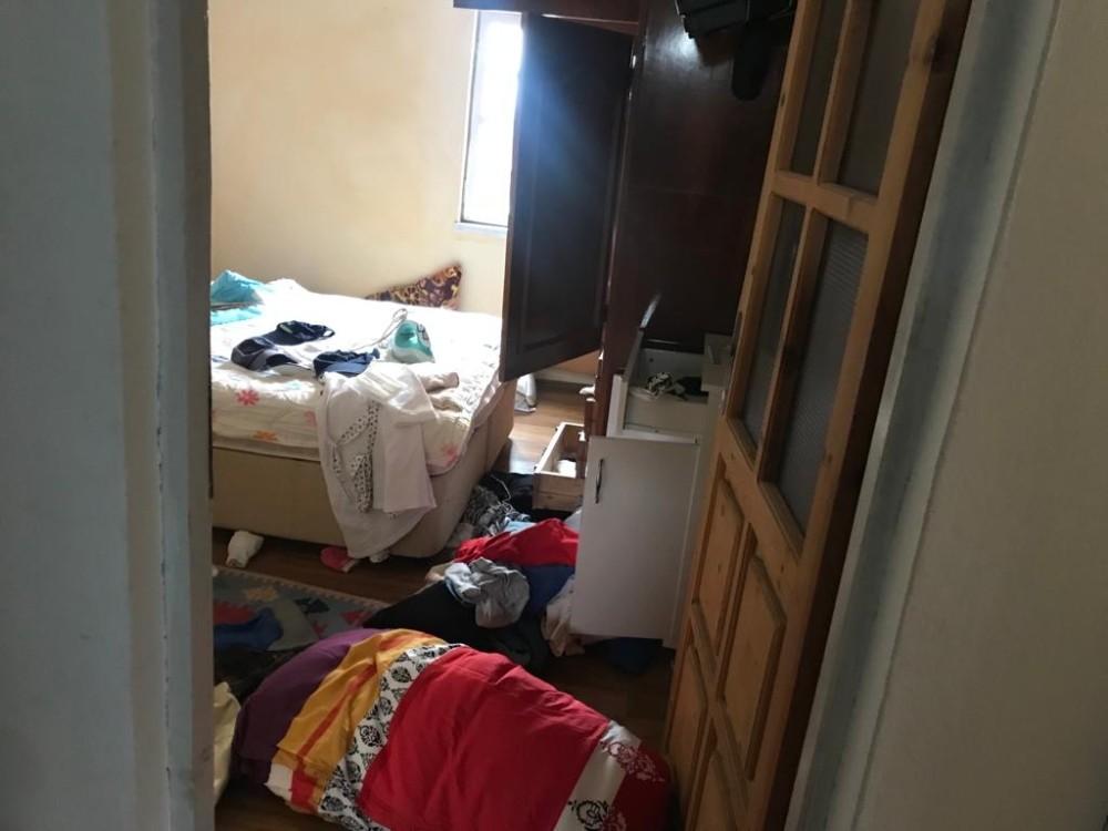Hırsız umduğunu bulamadı, evi alt üst etti