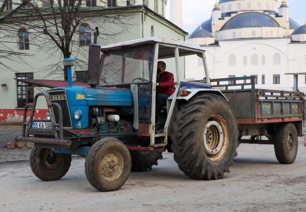 Vali ilçeye traktörle girdi
