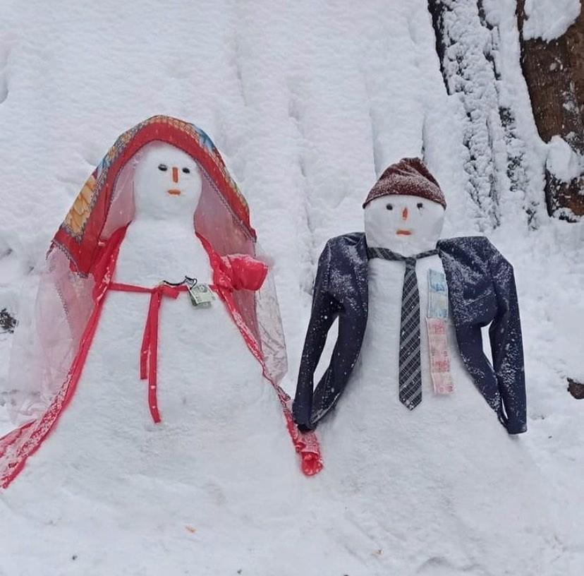 Çocuklardan maskeli kardan adam