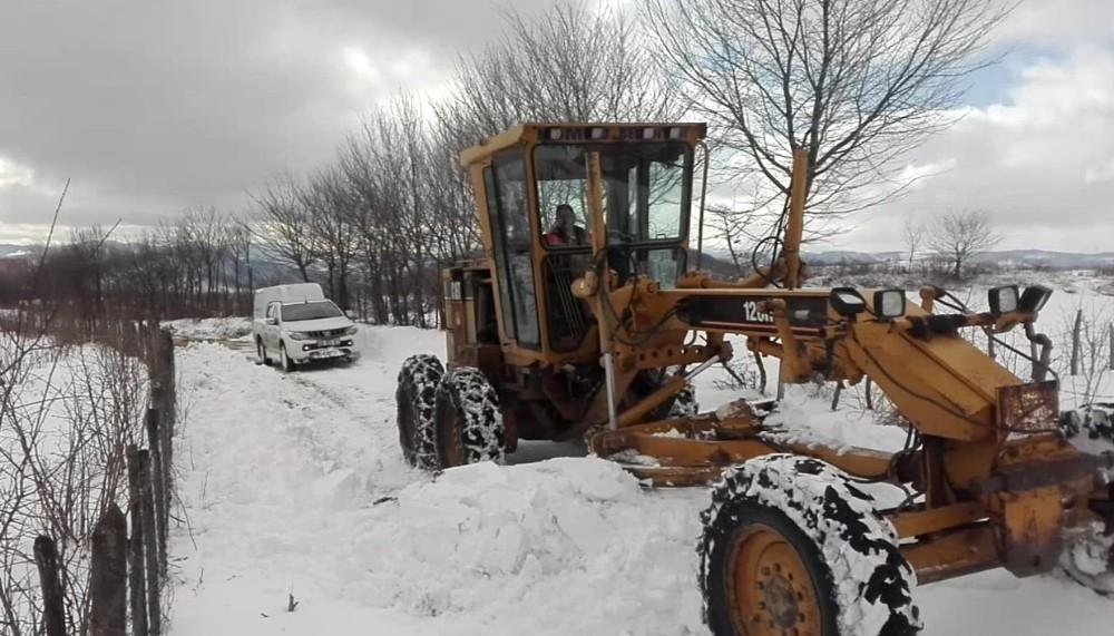 Arızaya giden elektrik arıza ekipleri karda mahsur kaldı