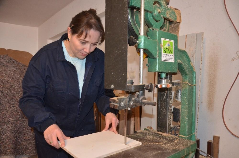 Kadın usta, 21 yıldır mobilya döşemeciliği yapıyor