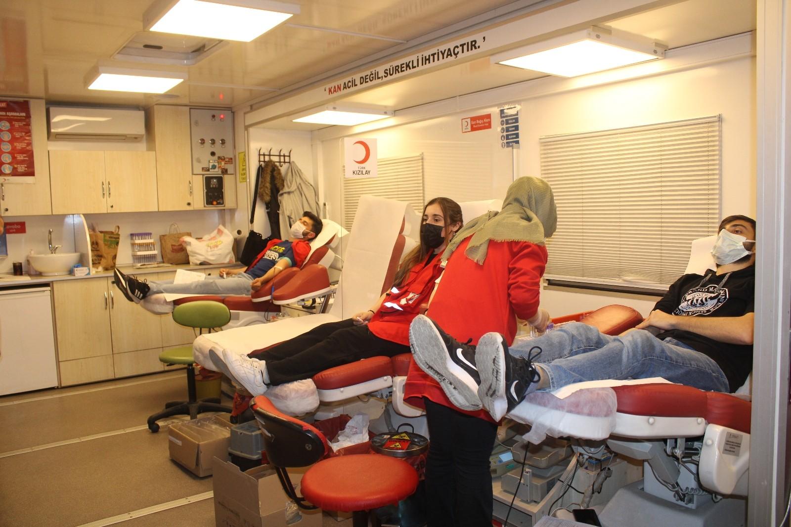 Gençlerden kan bağışı