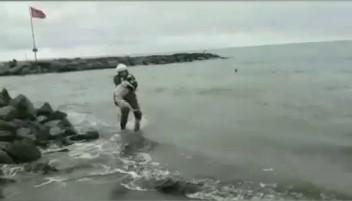 Mendirek üzerinde mahsur kalan köpeği itfaiye kurtardı