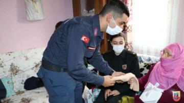 92 yaşındaki Nuriye teyze, Mehmetçikler için elleriyle çorap ördü